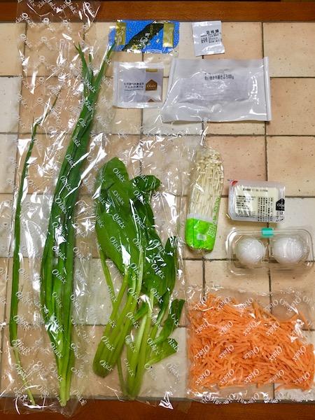 オイシックスのお試しセット、Kit Oisixの材料をテーブルに並べた